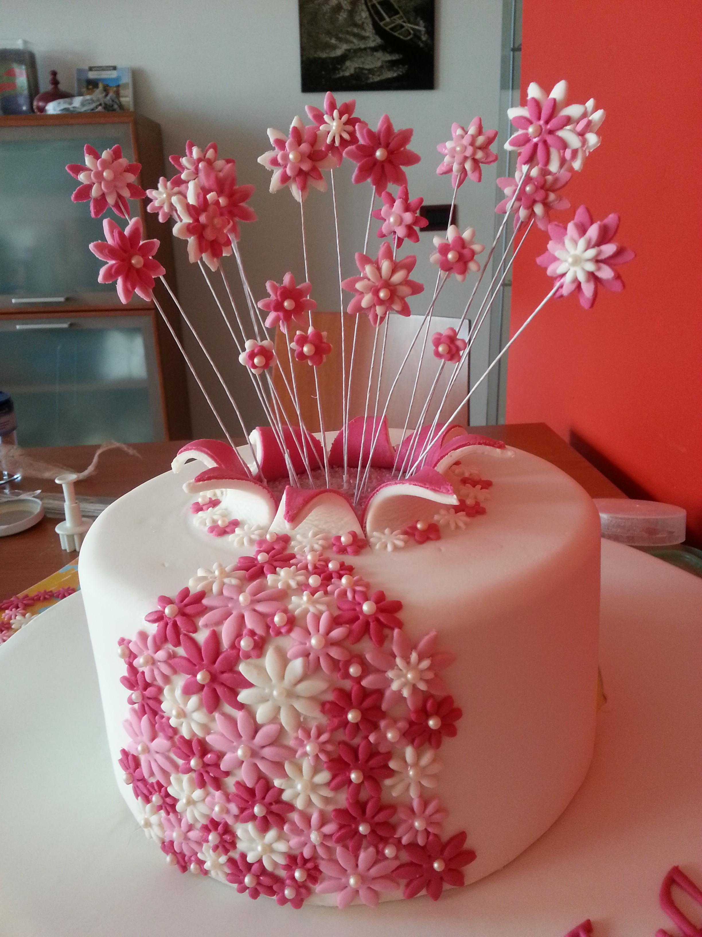 Torta esplosione di fiori cuginette sul g teau for Nuovi piani domestici con le foto
