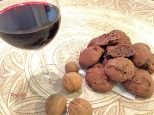 Pane al vino rosso con cipolle e noci