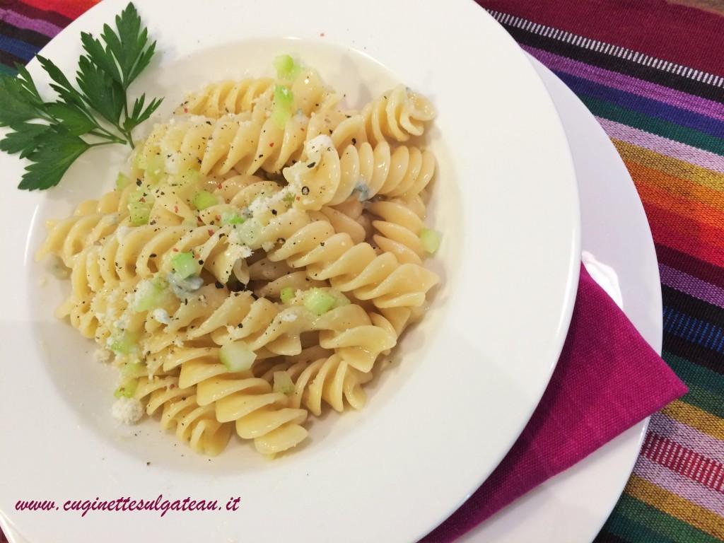 pasta con gorgonzola e mirepoix di sedano fresco