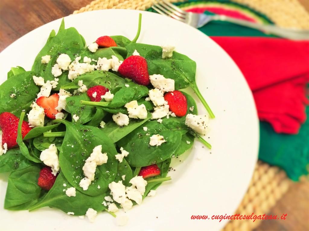 insalata di spinacini, fragole e feta con dressing ai semi di papavero