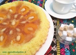 Torta rovesciata con albicocche e mandorle, senza burro